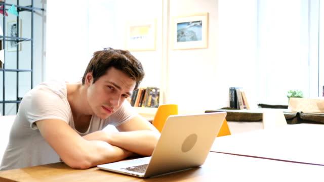 Cansado-el-hombre-durmiendo-en-el-escritorio