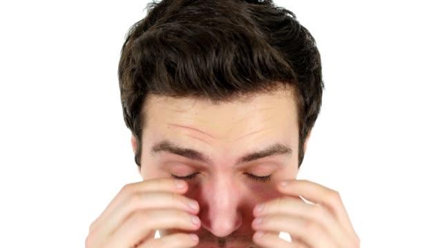 Hombre-cansado-de-su-ojo-del-frotamiento-fondo-blanco