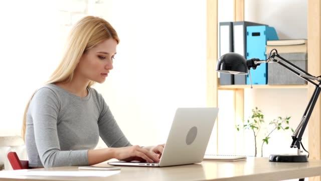 Cansado-a-mujer-relajante-en-el-trabajo
