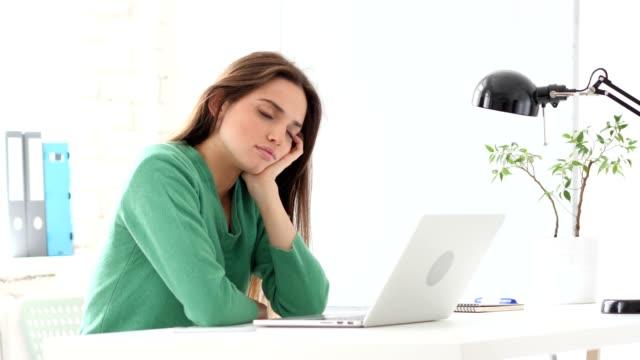 Mujer-hermosa-dormida-cansada-en-oficina