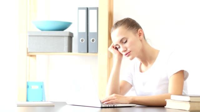 Mujer-dormida-en-el-trabajo-en-oficina-sentirse-cansado-en-la-oficina