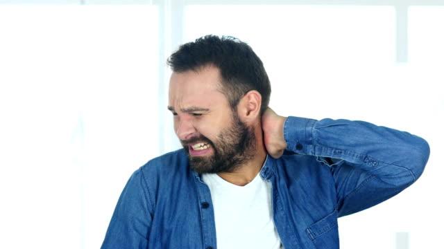 Hombre-de-barba-cansado-en-el-trabajo-en-oficina