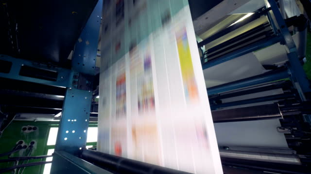 Impresión-del-periódico-en-una-gran-cantidad-El-proceso-de-offset-e-impresión-de-rodillo-