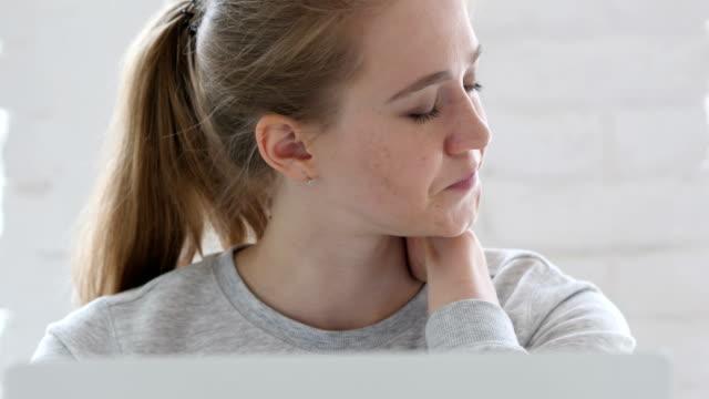 Junge-Frau-die-versucht-bei-der-Arbeit-entspannen-müde