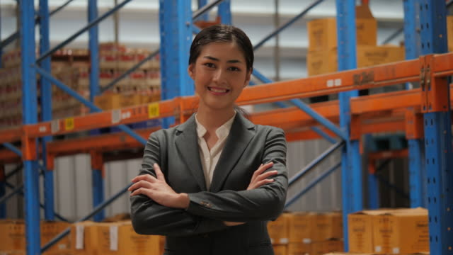 Retrato-de-mujer-de-negocios-feliz-y-alegre-en-el-almacén