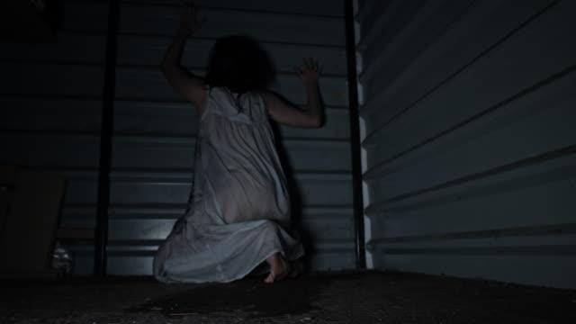 4-k-Horror-Aufnahme-einer-schmutzigen-Zombie-Frau-kriecht-in-die-Kamera