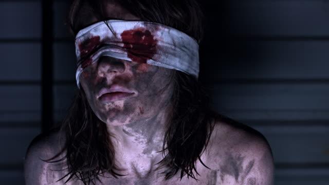 4-k-Horror-tiro-de-una-mujer-sucia-Zombie-pánico-y-agitación