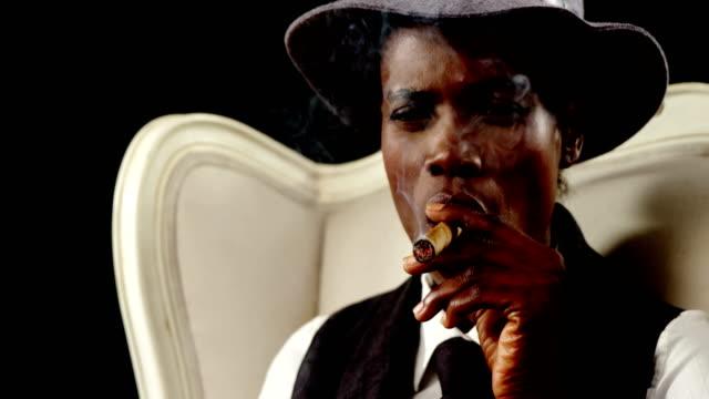 Androgyne-Mann-Rauchen-Zigarre-auf-Sessel