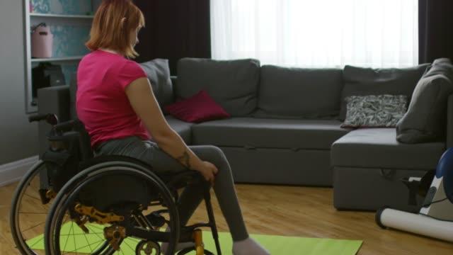 Mujer-parapléjico-transferencia-de-silla-de-ruedas-a-estera-de-la-Yoga