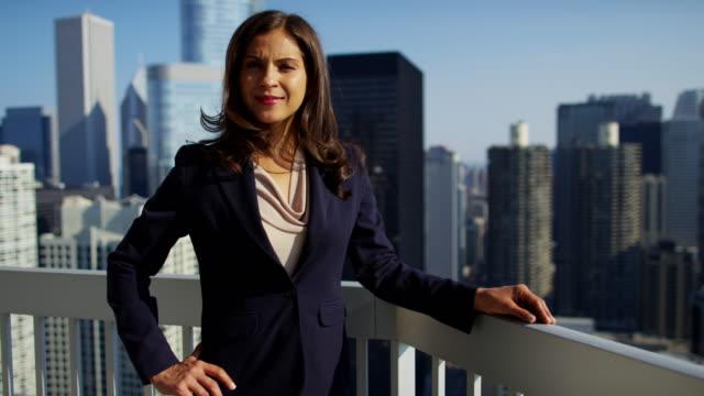Retrato-de-empresaria-hispana-en-azotea-con-vistas-a-Chicago