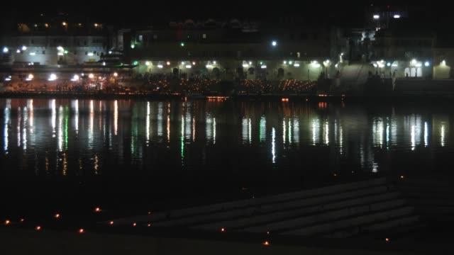 Night-view-of-prayers-across-the-Hindu-temples-in-Pushkar-Lake