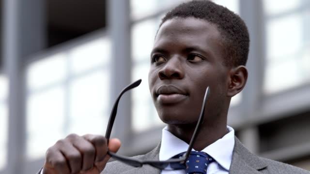 Negocios-africanos-confiado-joven-en-la-calle