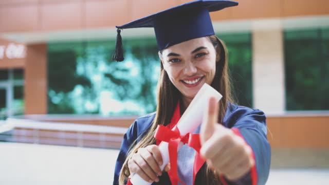Joven-estudiante-graduarse-de-la-Universidad