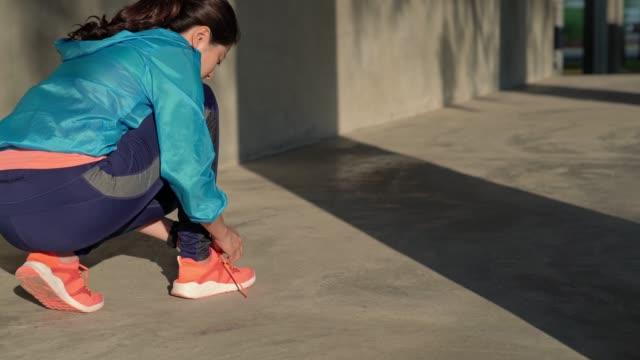 deportista-atar-cordones-de-los-zapatos-y-seguir-corriendo