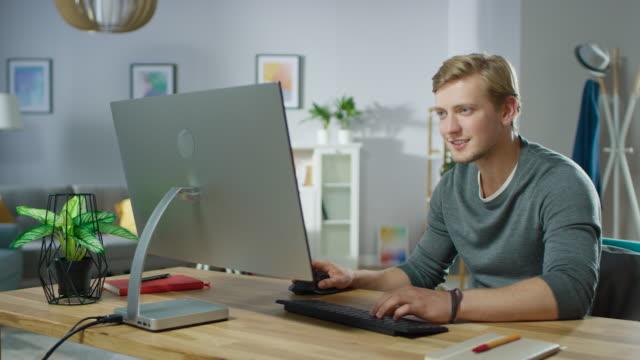 Portrait-von-der-hübsche-Mann-arbeiten-am-PC-hat-Glücksfall-emotional-feiert-Sieg-dadurch-Luft-Punch-Im-Hintergrund-stilvolle-gemütliche-Wohnzimmer-