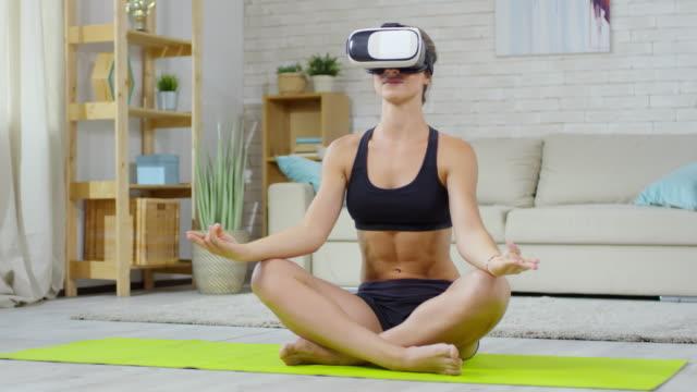 Mujer-joven-meditando-en-gafas-VR