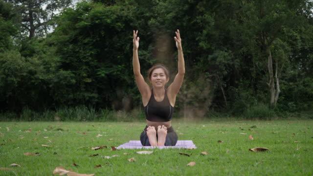 Hermosa-mujer-hace-Yoga-en-el-Parque