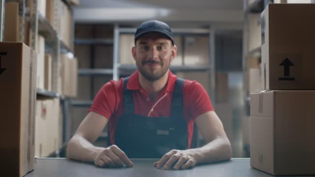 Trabajador-almacén-vestía-uniforme-cruza-los-brazos-y-sonríe-