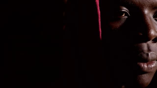 discriminación-el-racismo-Triste-solitario-encapuchado-negro-africano-joven-en-la-oscuridad