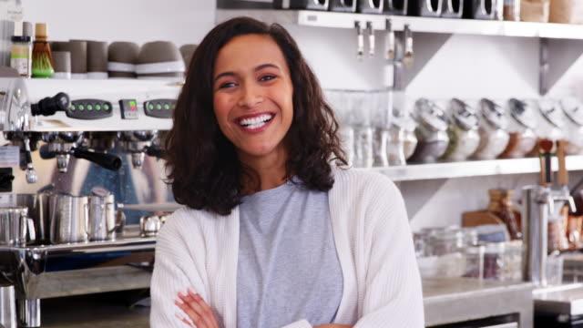 Junge-weibliche-Coffee-Shop-Besitzer-Kreuzung-Arme-Nahaufnahme