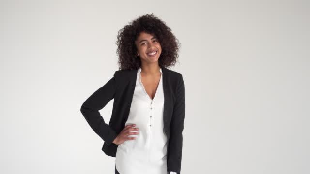 Glücklich-afroamerikanischen-Geschäftsfrau