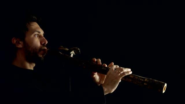 hombre-tocando-la-flauta