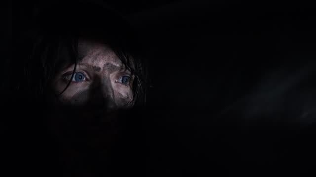 4-k-Horror-Aufnahme-einer-schmutzigen-Zombie-Frau-Blick-durch-ein-Loch