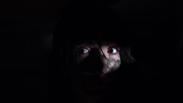 4-k-Horror-Aufnahme-einer-schmutzigen-Zombie-Frau-Blick-durch-ein-Loch-und-Weinen