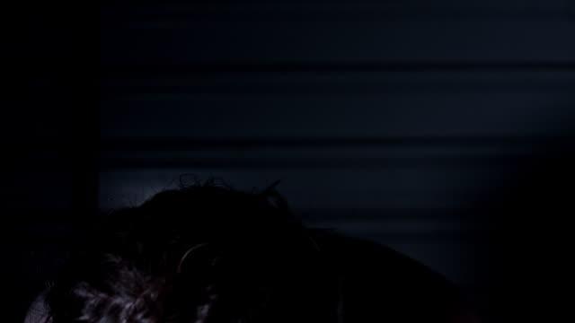 4-k-Horror-Aufnahme-einer-schmutzigen-Zombie-Frau-Gerät-in-Panik-und-schütteln