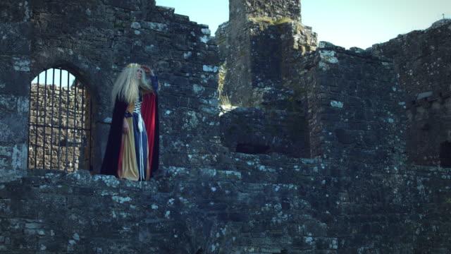 4-k-mittelalterlichen-Shot-of-Style-Queen-posiert-in-Burg