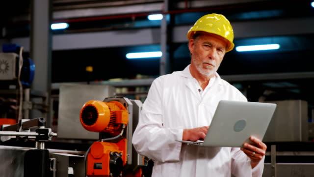 Ingeniero-en-portátil-de-fábrica-de-la-botella