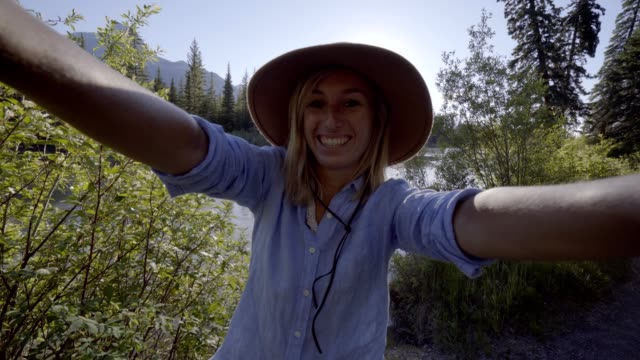Selfie-Porträt-der-jungen-Frau-in-Kanada