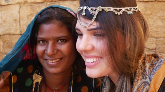 Turísticos-con-una-chica-gitana-India-Jaisalmer-India