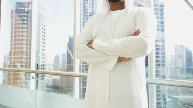 Retrato-hombre-negocios-árabe-Consultor-Nacional-Vestido-de-centro-de-la-ciudad