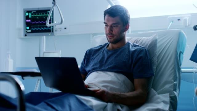En-el-Hospital-recuperación-de-hombre-paciente-utiliza-Laptop-mientras-la-mentira-en-la-cama-Trabajando-incluso-cuando-esta-enfermo-y-en-el-Hospital-Enfermera-control-caída-contador-