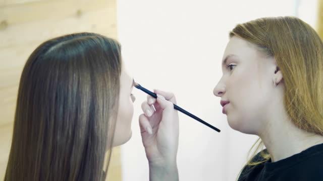 Aplicar-sombra-de-ojos-maquillaje-artista