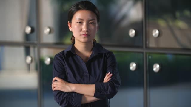 Retrato-de-mujer-asiática-joven-serio-mirando-a-cámara-en-cámara-lenta-4k