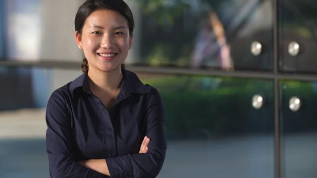 Retrato-de-feliz-joven-mujer-asiática-sonrisa-a-cámara-lenta-4k