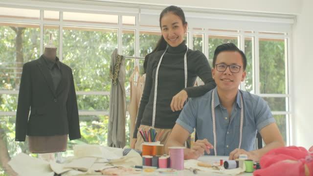 MS-LD-Portrait-de-diseñador-de-moda-atractiva-pareja-asiática-mirando-a-cámara