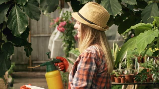 Mujer-que-trabaja-en-invernaderos-y-sonriendo-para-la-cámara