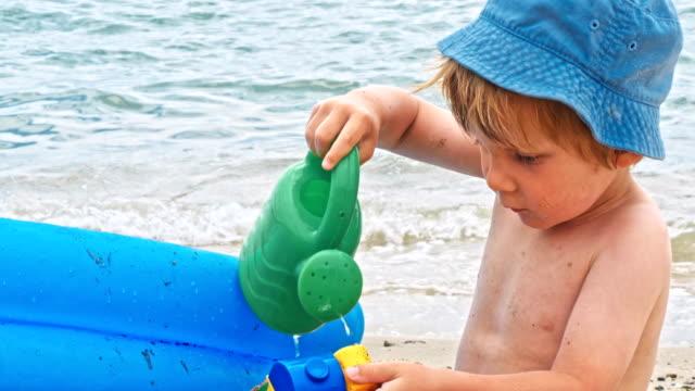 Niño-pequeño-jugando-cerca-de-mar