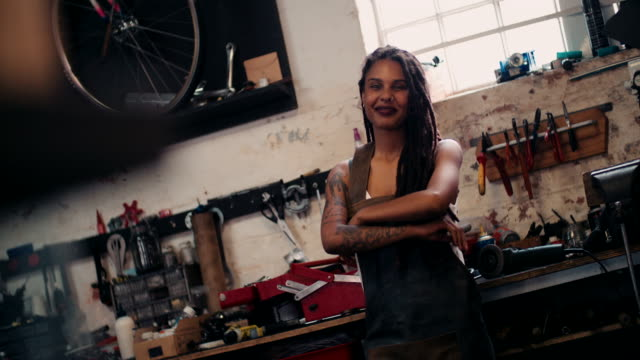 Afro-artesana-parado-en-su-taller-con-sus-herramientas