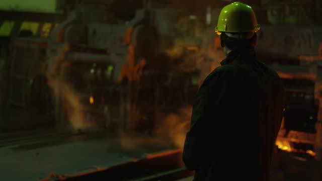Retrato-de-la-industria-pesada-técnico-en-cascos-de-fundición-Entorno-Industrial-