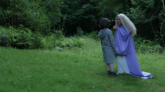 4k-Fantasy-Schuss-eine-Fee-im-Gespräch-mit-einem-Kind-im-Wald