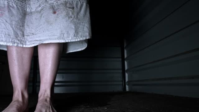 4-k-Horror-tiro-de-una-mujer-sucia-Zombie-mirando-a-cámara