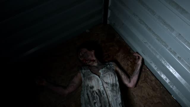 4-k-Horror-Aufnahme-einer-schmutzigen-Zombie-Frau-Blick-in-die-Kamera