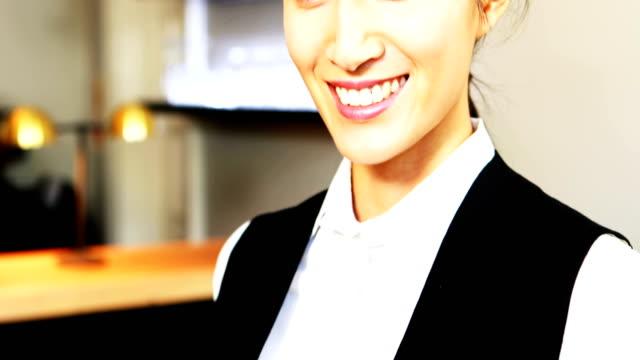 Portrait-of-smiling-waitress