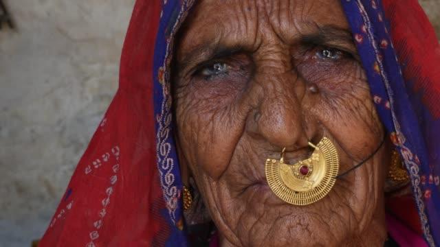 Mujer-de-Rajasthani-en-un-pequeño-pueblo-en-la-India