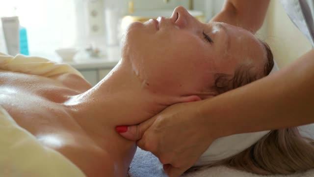 Mujer-atractiva-en-el-gimnasio-spa-un-masaje-facial