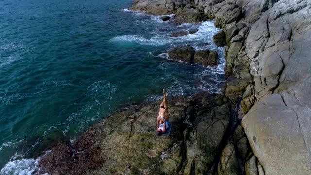 Antena:-Acro-Yoga-en-las-rocas-cerca-del-mar-y-las-olas-hermosas-